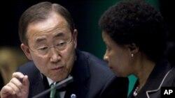 ເລຂາທິການໃຫຍ່ສະຫະປະຊາຊາດ ທ່ານ Ban Ki-moon (ຊ້າຍ) ແລະຮອງ ທ່ານນາງ Asha-Rose Migiro ເຂົ້າຮ່ວມກອງປະຊຸມ ວ່າດ້ວຍການລົດຜ່ອນຄວາມສ່ຽງຕໍ່ໄພພິບັດ ໃນມື້ໄຂກອງປະຊຸມ ຢູ່ສໍານັກງານຂອງ ສປຊ ທີ່ນະຄອນເຈນີວາ ປະເທດ Switzerland, ວັນທີ 10 ພຶດສະພາ 2011.