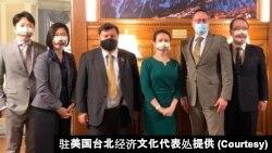 台湾驻美代表萧美琴(左4)2021年9月12日在华盛顿双橡园会见立陶宛国会外交委员会主席帕维里奥尼斯(右2)及议员津格里斯(左3)(驻美国台北经济文化代表处提供)