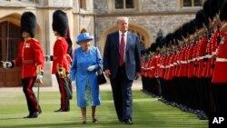 영국을 방문 중인 도널드 트럼프 미국 대통령이 13일 엘리자베스 2세 여왕과 윈저성에서 왕실 근위대를 사열하고 있다.