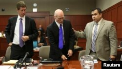 El abogado defensor Mark O'Mara, izquierda y Don West, centro acompañan a su defendido George Zimmerman.