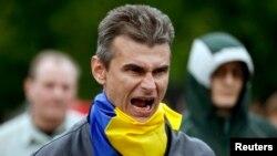 Un manifestante proucraniano grita durante un enfrentamiento con activistas prorrusos.