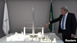 Mounib Hammoud, CEO Jeddah Economic Company, memperlihatkan model Jeddah Tower di Jeddah, Arab Saudi, 6 Februari 2018.