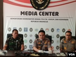 Kepala Divisi Hubungan Masyarakat Kepolisian Republik Indonesia Inspektur Jenderal Mohammad Iqbal (tengah) dalam jumpa pers di kantor Kementerian Koordinator Politik Hukum dan Keamanan di Jakarta, Senin (28/5) (VOA/Fathiyah).