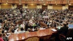 Saad al-Kattatni, presidente de la Cámara Baja, asiste con los legisladores a la primera sesión del parlamento egipcio..