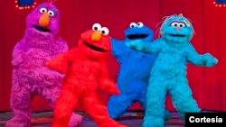 Elmo y sus amigos dan la bienvenida a un nuevo integrante. [Fotos: Cortesía VEE Corporation/Bruce Silcox].