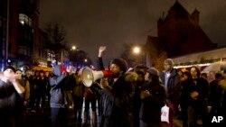 Demonstran menutup jalan di tengah kota Washington dalam sebuah aksi protes menentang penerapan kekuasaan yang berlebihan oleh polisi terhadap kaum minoritas, 6 Desember 2014.