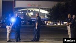 Các giới chức có mặt tại hiện trường vụ nổ súng ở rạp chiếu phim tại thành phố Lafayette, Louisiana, hôm 23/7/2015.