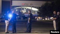 23일 저녁 총격 사건이 발생한 루이지애나 라파예트 지역 영화관에 경찰이 출동했다.