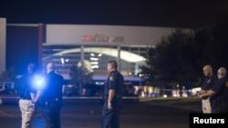 Para petugas berdiri di depan gedung bioskop pasca penembakan di Lafayette, Louisiana (23/7).
