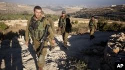 Binh sĩ Israel tuần tra gần khu vực nơi thi thể của 3 thiếu niên Israel đã được tìm thấy ở làng Halhul gần Hebron, ngày 1/7/2014.