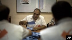 Một nhân viên kiểm phiếu tại 1 trạm phiếu ở Tripoli, Libya, Thứ Bảy, 7/7/2012