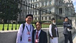 Mục sư Tin Lành A Ga và đạo hữu Cao Đài Lương Xuân Dương chụp hình lưu niệm trước khi vào Tòa Bạch Ốc gặp Tổng thống Donald Trump chiều ngày 17/7/19.