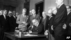 صدر لنڈن جونسن 1964 میں شہری حقوق کے قانون پر دستخط کر رہے ہیں۔(فائل فوٹو)