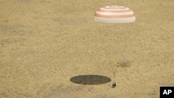 ຍານ Soyuz TMA-03M ພ້ອມກັບນັກອາວະກາດສາມຄົນ ຈາກທີມຄົ້ນຄວ້າ Expedition 31 ທີ່ສະຖານີ ອາວະກາດສາກົນ ລົງມາຮອດພື້ນດິນ ທີ່ເມືອງ Zhezkazgan, ປະເທດ Kazakhstan, ວັນທີ 1 ກໍລະກົດ 2012.