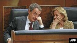 Thủ tướng Tây Ban Nha Jose Luis Rodriguez Zapatero (trái) trao đổi với Bộ trưởng Kinh tế Elena Salgado tại một phiên họp quốc hội Tây Ban Nha ở Madrid (ảnh tư liệu ngày 9 tháng 3, 2011)