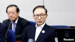 Tư liệu - Cựu Tổng thống Hàn quốc Lee Myung-Bak (phải) tại phiên xét xử đầu tiên ở Tòa án trung tâm Seoul, ngày 23/5/2018, ở Seoul, Hàn quốc. Chung Sung-Jun/Pool via Reuters