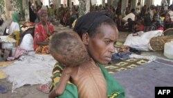 Phụ nữ từ miền nam Somalia bồng con bị suy dinh dưỡng trầm trọng tại Mogadishu