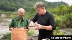 Chef William Wongso dan Chef Gordon Ramsay saat memasak bersama. (dok: National Geographic/Justin Mandel)
