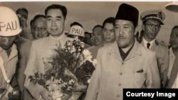 Ali Sastroamidjojo ketika menjemput kedatangan PM China Zhao Enlai pada Konferensi Asia-Afrika tahun 1955. (foto: dokumen Ruslan Abdilgani/Irawan Saptono).