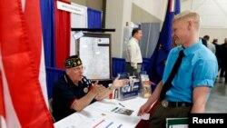 یک کهنه سرباز آمریکایی در حال گرفتن اطلاعات در مرکز کاریابی در ایالت یوتا - ۲۵ مارس ۲۰۱۴