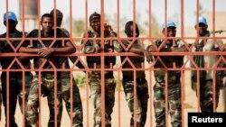 Des Casques bleus sénégalais derrière une grille à Gao, Mali, 5 juillet 2013.