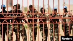 Des soldats sénégalais derrière un portail dans Gao, 5 juillet 2015.