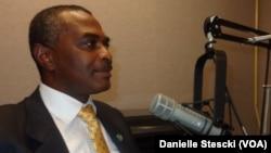Abel Chivukuvuku no estúdio da Voz da América