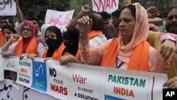 Des membres du Forum de la société civile pakistanaise manifestant pour la paix, après les récents incidents entre le Pakistan et l'Inde sur le Cachemire, Lahore, Pakistan, le 28 septembre 2016. (AP Photo/K.M. Chaudary)