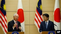 Shinzo Abe attend a joint press conference at Abe တို႔ကို ပူးတဲြသတင္းစာရွင္းလင္းပဲြမွာ ေတြ႔ရစဥ္။ (ေမ ၂၅၊ ၂၀၁၅)