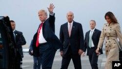 美国新任驻欧盟大使桑德兰(中)与美国总统特朗普以及第一夫人梅拉尼亚在布鲁塞尔的梅尔斯布鲁克空军基地(2018年7月10日)