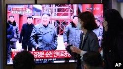 Watu wakitizama televisheni wakati kiongozi Kim alipojitokeza kwa mara ya kwanza May 2, 2020