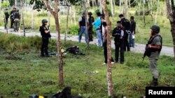 Nhân viên an ninh điều tra tại hiện trường một vụ tấn công nhắm vào doanh trại quân đội ở miền nam Thái Lan, ngày 13/2/2013.