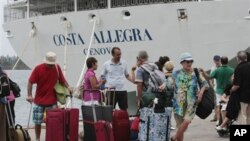 Hành khách của tàu Costa Allegra chờ phà tại bến cảng Victoria, quần đảo Seychelles, ngày 1/3/2012
