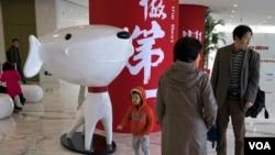 在京东总部一个孩子走过京东吉祥物(资料照片)