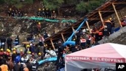 Para penambang dan petugas keamanan terlihat mengamati tim SAR saat berupaya memompa air untuk mencari korban kecelakaan tambang di pertambangan batu bara Has Sekerler dekat kota Ermenek di propinsi Karaman, Turki selatan (Foto: dok).