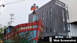 Tàu cá ĐNa 90152TS bị Trung Quốc đánh chìm tại Nhà Trưng bày Hoàng Sa ở Đà Nẵng. Truyền thông Việt Nam cho biết một tàu của Trung Quốc đã truy đuổi 3 tàu cá Bình Định trong vùng đặc quyền kinh tế của Việt Nam hôm 5/10. (Photo Báo Đà Nẵng)
