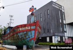 Tàu cá ĐNa 90152TS (từng bị TQ đâm chìm) tại Nhà Trưng bày Hoàng Sa ở Đà Nẵng. Photo Báo Đà Nẵng.