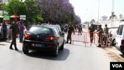 Keamanan di luar barak militer Bouchoucha, Tunisia, ditingkatkan pasca terjadinya penembakan yang melukai delapan orang, 25 Mei 2015 (Foto: M. Krit/VOA).