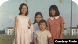Chị em cô Trương Thu Thủy lúc vừa rời Việt Nam đến Fort Chaffee