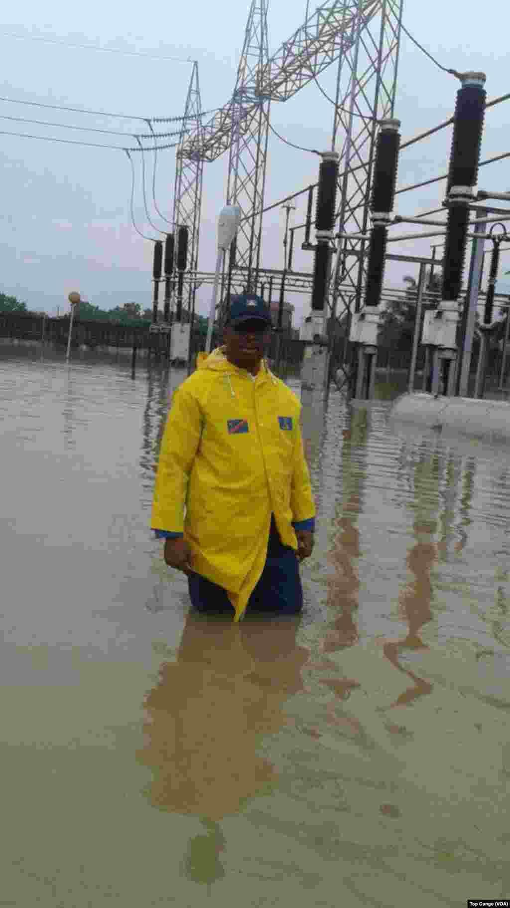 Un agent de la Société nationale d'électricité (SNEL) dans une station inondée, à Kinshasa, le 4 janvier 2017. (VOA/TopCongo)