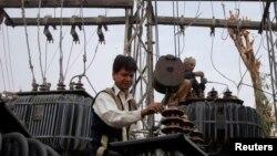 Seorang petugas tengah berupaya memperbaiki kerusakan listrik di wilayah Lahore (Foto: dok).