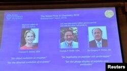 Ảnh của 3 tân khôi nguyên Giải Nobel Hóa Học 2018 được chiếu lên màn ảnh vào lúc giải được loan báo tại Viện Hàn Lâm Khoa học Hoàng gia ở Stockholm, Thụy Điển, hôm 3/10/2018. Jonas Ekstromer/TT News Agency/via REUTERS