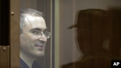 Peradilan terhadap mantan konglomerat minyak dan pemimpin oposisi Rusia, Mikhail Khodorkovsky (kiri) dinilai tidak adil (foto: dok).