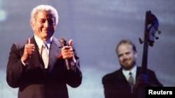 """Penyanyi Tony Bennett berterima kasih kepada penonton setelah menampilkan rekaman hit Elvis-Presley """"Love Me Tender"""" selama konser Tribute to Elvis-Presley di Pyramid Arena di Memphis. (Foto: Reuters)"""
