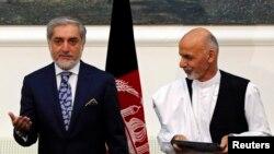 압둘라 압둘라 후보(좌)와 아수라프 가니 후보(우)가 21일 합의문에 서명했다