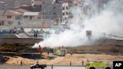 Bomberos controlan un incendio iniciado por maestros públicos en el aeropuerto internacional del Cuzco. Julio 19 de 2017. La extendida huelga de maestros está afectando el turismo a Machu Picchu y ha llevado al Gobierno a decretar estado de emergencia en la zona.