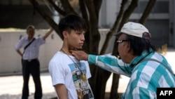 Những người về phe chính phủ lớn tiếng chửi bới, đe dọa sinh viên đòi dân chủ xung quanh khu Admiralty.