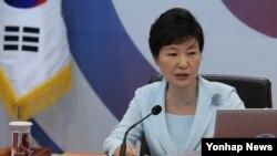박근혜 한국 대통령이 1일 청와대에서 열린 국무회의를 주재하고 있다.
