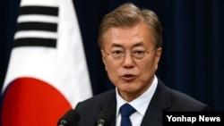 문재인 한국 대통령이 10일 오후 청와대 춘추관 대 브리핑실에서 취임 후 첫 기자회견 하고 있다.