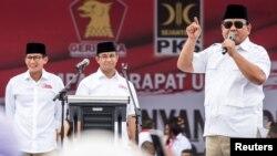 Ketua Umum Gerindra Prabowo Subianto berbicara dalam kampanye Pilkada DKI 2017, didampingi Anies Baswedan dan Sandiaga Uno (kiri), 5 Februari 2017.